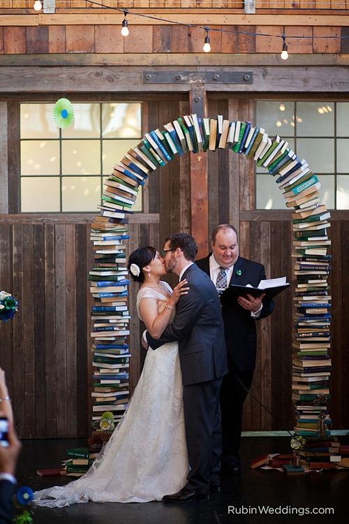 Altar hecho con libros