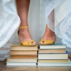 Novia encima de libros